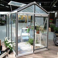 Fint lite mindre växthus i lagom storlek för mindre trädgårdar och på uteplatsen.  #wexthuset #nordiskaträdgårdar #trädgårdsdröm #växthus #greenhouse #gardendreams #minträdgård #mygarden