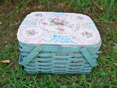 cool mosaic makeover for this picnic basket (by Penny at Flea Market Makeovers) Mosaic Crafts, Mosaic Projects, Mosaic Art, Mosaic Glass, Mosaic Ideas, Stained Glass, Mosaic Pieces, Mosaic Madness, Garden Whimsy