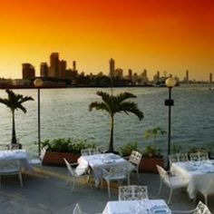 Club de Pesca: popular for its romantic seafood dinners and its picturesque view of the bay