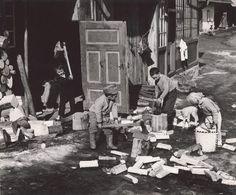 Martin Martinček na svojich fotografiách zachytával hlavne Liptov. Ľudí, ktorí v ňom žili, pracovali a boli hrdí na svoj pracovitý život. World History, Dna, Countryside, Literature, Black And White, Pictures, Hard Work, Painting, Life