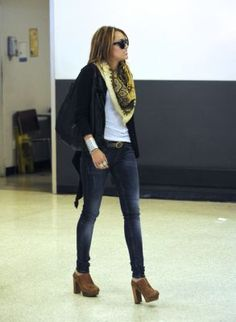 2010 > Arrives at the LAX Airport with Tish