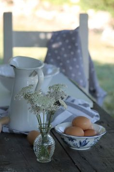 morning picnic table | via The Murmuring Cottage posted to tumbler by biancoantico