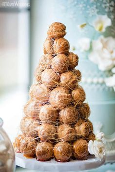 Light blue hues and stark white decor set the tone for this luxurious Frozen wedding shoot captured by The Right Moments Photography. Metallic Wedding Cakes, Fall Wedding Cakes, Brunch Wedding, Wedding Cake Designs, Wedding Shoot, Spring Wedding, Frozen Wedding, Macaron Tower, Croquembouche