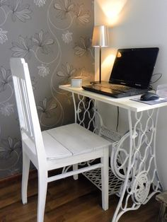 Computer on a sewing machine table - table - . - Computer on a sewing machine table – – - Furniture Projects, Home Decor Furniture, Furniture Makeover, Diy Home Decor, Room Decor, Sewing Machine Tables, Old Sewing Machines, Sewing Table, Repurposed Furniture