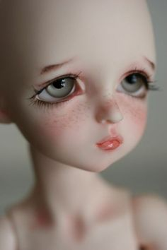 s face. like every time i see a picture of her, i want to burn out her eyes. urrghhhhhh i think its just her eyes that piss me off. haha and her mouth, ew. Mark Ryden, Doll Eyes, Doll Face, Pretty Dolls, Beautiful Dolls, Droopy Eyes, Enchanted Doll, Audrey Kawasaki, New Dolls