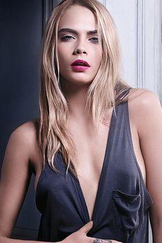 En tono Drive Me Cooper y firmado por YSL. El nuevo labial de Cara Delevingne se llama Volupté Tint In-Oil.