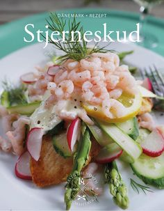 Plaice and crab bread (Stjerneskud – Smørrebrød) Stjerneskud is one of the most popular Danish dishes and my favorite Smørrebrød variant! Fried plaice with crab and lemon mayonnaise. Best Holiday Appetizers, Appetizers For A Crowd, Seafood Appetizers, Appetizer Recipes, Plaice, Mayonnaise, Scandinavian Food, Danish Food, Appetizer Plates