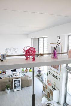 El apartamento que vais a ver hoy está situado en un edificio valenciano que desde siempre, cada vez que he pasado por él, he pensado que me encantaría saber cómo eran las viviendas en su interior. Mi sorpresa fue cuando encontré esta casa y me paré a ver su decoración, vi que era un loft …