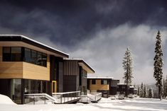 A set of piste-side residences by US firm Bohlin Cywinski Jackson step down a portion of the Northstar mountain resort in California, allowing residents to ski in and out of their homes. California Ski Resorts, California Mountains, Facade Architecture, Residential Architecture, Lake Tahoe Resorts, Flat Roof House, Chalet Design, Townhouse Designs, Mountain Homes