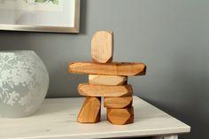 LInukshuk est, à lorigine, un empilement de pierres construit par le peuple Inuit du grand nord canadien, signifiant (à peu près) être humain (inuk) et à la place de (suk). Les Inukshuks servaient entre autre de points de repère. Aujourdhui, ils représentent surtout lart et la culture Inuit! Avec ces 7 grands blocs en bois recyclé, sculptés à la main pour imiter des pierres, vous et vos enfants pourrez construire vos propres inukshuks! Ils peuvent également servir de décoration lorsquils ne…