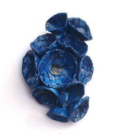 Spilla con fiori blu a bouquet fatti a mano in cartapesta, dipinti ad acrilici e plastificati, così da risultare lucidissimi e protetti! Un gioiello femminile, semplice ma di impatto, adatto ad ogni occasione, per imbellire una giacca nera, ma anche un vestito semplice; unidea regalo per lei originale ed elegante! Ho cercato di lavorare la cartapesta in un modo insolito, per riuscire a dare un effetto finale porcellana al pezzo..la soddisfazione più grande è ricevere apprezzamenti a riguardo…