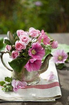 Teapots Love Flowers ! The Perfect Wedding Vase