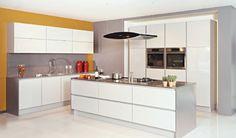 Moderne keuken met glasdeuren. Het werkblad van het eiland is in inox.