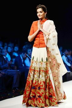 Sonam Kapoor wore a red and white ensemble by designer Anamika Khanna at the India International Jewellery week. Choli Designs, Lehenga Designs, Saree Blouse Designs, Indian Attire, Indian Ethnic Wear, Bollywood Celebrities, Bollywood Fashion, Indian Celebrities, Indian Dresses