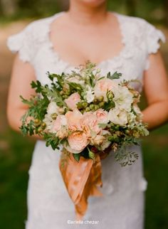 {Photography by Lisa Lefkowitz/ Florals by Ariella Chezar} love the leaves and acorns with the soft peaches and creams