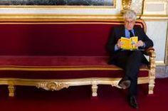 """Le Ministre de l Ecologie, Philippe Martin lit un livre de Thomas porcher enseignants à l'école de commerce ESG Management School intitulé """"le mirage du gaz de schiste""""."""