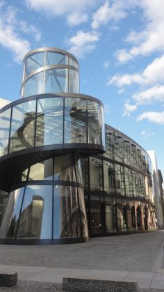 Deutsches Historisches Museum  Le musée de l'histoire allemande est très riche, je vous conseille de sélectionner la ou les périodes qui vous intéressent et surtout de ne pas tenter l'exhaustivité pour votre visite. Une petite promenade dans le musée s'impose pour admirer son architecture.  http://www.dhm.de/