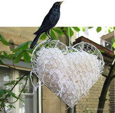 Nestbauhilfe aus Drahtdings, Wollresten und übriggebliebenem Aufhängedraht