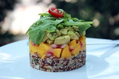 Recipe for Timbale of quinoa, mango, and avocado, an exquisite and fresh starter dish or side. Raw Food Recipes, Appetizer Recipes, Vegetarian Recipes, Cooking Recipes, Healthy Recipes, Vegan Food, Appetizers, Mexican Sushi, Mexican Quinoa