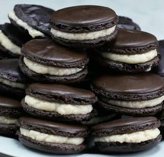 These Oreo Macarons Are Gonna Blow Your Mind (cooking videos macaroons) Cookie Recipes, Dessert Recipes, Frosting Recipes, Sweet 15, Black Food, Cookies And Cream, Cupcakes, Biscuits, The Best