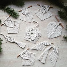Best Photo Macrame Patterns how to crochet Ideas Study everything you need to realize to generate amazing macrame projects. Macrame Design, Macrame Art, Macrame Projects, Macrame Knots, Micro Macrame, Macrame Wall Hanging Patterns, Macrame Patterns, Wall Ornaments, Handmade Ornaments