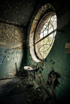 Oh my goodness. ..who had a bathroom like this!! Asylum, Architecture, Abandoned Buildings, Abandoned Mansions, Old Buildings, Abandoned Castles, Derelict Places, Abandoned Places, Haunted Places
