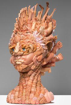 怖いほどのインパクト。ゴミ同然の人形から作られる不気味な人物像