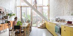 """Gwenn en Rob van Ontwerpatelier Chambrang worden in 2015 verliefd op een rijhuis in Borgerhout. De lichtinval, de centrale ligging, de oriëntatie van de kleine stadstuin… het is hun droomhuis. Al denken familie en vrienden daar in eerste instantie anders over. Het huis staat immers op de verkrottingslijst, de achterbouw en –gevel zijn in zeer slechte staat en bij de buren staat het zelfs gekend als """"het spookhuis""""."""