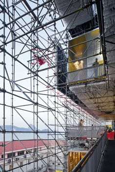 Image 20 of 37 from gallery of / Carla Juaçaba + Bia Lessa. Photograph by Leonardo Finotti Contemporary Architecture, Landscape Architecture, Systems Thinking, Temporary Structures, Migrant Worker, Student House, Arch Model, Small Buildings, Scaffolding