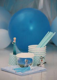 Clas Ohlsonilta löysin väreihin sopivia jäätelöpikareita, joita meillä käytettiin popcornin tarjoiluun. Osaan liimasimme lasten kanssa Olafin kuvia. Paperiset kauniit pillit löytyivät Confettista.