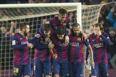 Felicitación de los jugadores azulgrana a Suárez