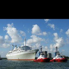 SS Rotterdam heading to Katendrecht in 2008 (Rotterdam)