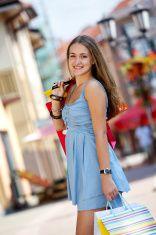 Красивая молодая девушка на шопинге фондовая фото