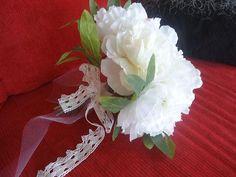 Vive les mariés Nous n'avons qu'un seul objectif : que cette journée soit pour vous la plus belle d'entre toute. Maintenant, la décoration de la salle est essentielle pour un mariage réussi. Pour que cet instant soit inoubliable et magique, nous vous proposons une gamme de décoration adaptée ! Réalisation de toutes compositions florales artificielles pour votre mariage... Bouquets de mariée, demoiselle d'honneur, décoration voiture, bancs d'église, couronnes, porte-alliances, salle des…