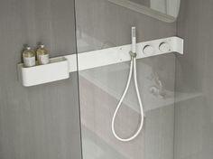 Wandregal für Badzimmer / Duscharmatur aus Corian® ERGO-NOMIC Wandregal für Badzimmer by Rexa Design Design Giulio Gianturco