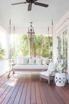insanely gorgeous porch - LOVE this porch swing!!! #preppy_style_interior