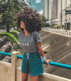 Women& Denim Shorts: 50 Amazing Ideas to Freshen Up .- Bermuda jeans feminina: 50 ideias incríveis para refrescar o visual Women& Denim Shorts: 50 Amazing Ideas to Freshen Up the Look - Scene Hair, Protective Styles, Curly Hair Styles, Natural Hair Styles, Long Hair Tips, Pelo Afro, Glossy Hair, Natural Hair Inspiration, Natural Curls