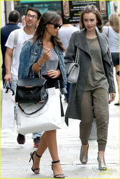 lily collins paris grey outfit 07 Lily Collins rocks her short hair during her day out on Sunday afternoon (September in Paris, France. The actress kept warm in a trench coat as… Paris Grey, Grey Outfit, 25 Years Old, Old Actress, Lily Collins, Keep Warm, Pop Fashion, Photo Galleries, Short Hair Styles