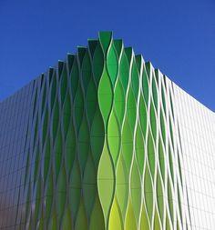 Colores y texturas, hacen que este edificio, de un salto más allá de lo monótono, y se ensamble como algo único y atractivo.