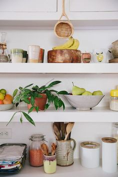 Moon to Moon: Cool Kids Rooms: Henry's Californian Montessori Bedroom Kitchen Shelves, Kitchen Decor, Kitchen Design, Kitchen Styling, Kitchen Utensils, Farmhouse Kitchen Island, Open Kitchen, Cool Kids Rooms, Home Interior