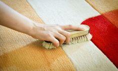 LIMPIAR ALFOMBRAS - Usa pasta de dientes para quitar manchas de lápiz labial, maquillaje, tinta, aceite, café y té de las alfombras. ¿Cómo hacerlo?Fácil, coloca sobre la mancha una porción de pasta de dientes y frótala con un cepillo, luego enjuaga muy bien y deja secar.