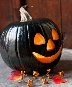 schwarz bemalter Kürbis als Deko für Halloween