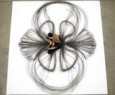 Alliant danse et dessin au fusain, les œuvres de l'artiste américaine Heather Hansen