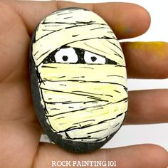 How to easily draw a mummy to make fun Halloween rocks is part of Painting crafts Rocks - Learn how to draw a mummy on rocks with this fun video tutorial Grab some paint pens and let's begin this fun spooky Halloween stone painting idea Pebble Painting, Pebble Art, Stone Painting, Halloween Rocks, Halloween Art, Halloween Painting, Halloween 2019, Halloween Stuff, Rock Painting Patterns