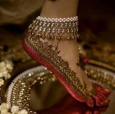 Gorgeous bridal leg mehndi or henna design with altha. Bridal anklet or payal. Mehndi Designs, Tattoo Designs, Tattoo Henna, Henna Mehndi, Foot Henna, Leg Mehndi, Mandala Tattoo, Bridal Gallery, Bridal Henna