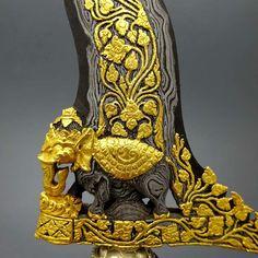 Keris Ganesha Pusaka Gajah Mada 100% Emas Asli merupakan keris pusaka salah satu koleksi sesepuh pusaka dunia yang indah, elegan, gagah, dan sangat langka. Damascus Sword, Javanese, Thai Art, Diy Arts And Crafts, Precious Metals, Weapons, Lion Sculpture, Statue, Cold Steel