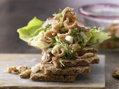 Krabbensalat - smarter - mit Radieschen und Ei - smarter - Kalorien: 177 Kcal - Zeit: 20 Min. | eatsmarter.de  Bei der Eskimo-Diät stehen besonders Fisch und Gemüse auf dem Speiseplan. Krabben schmecken nicht nur Nordlichtern. Ein gesunder Snack für zwischendurch.