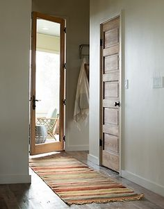 Glass pannel door, wood floor with colorful woven rug, wall hooks. Up House, House Inside, House Doors, Long House, Interior Rugs, Interior And Exterior, Interior Doors, Style At Home, Wood Doors