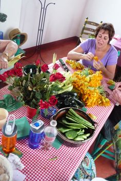 Desde USA nos visitan y gozan abriendo flores de calabaza para quitarles el interior!