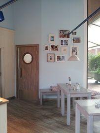 Hellblaue Wand und Holz für einen gemütlichen Frühstücksraum. Wandgestaltung vom Malerbetrieb Christian Hilbk in Münster (48157) | Maler.org